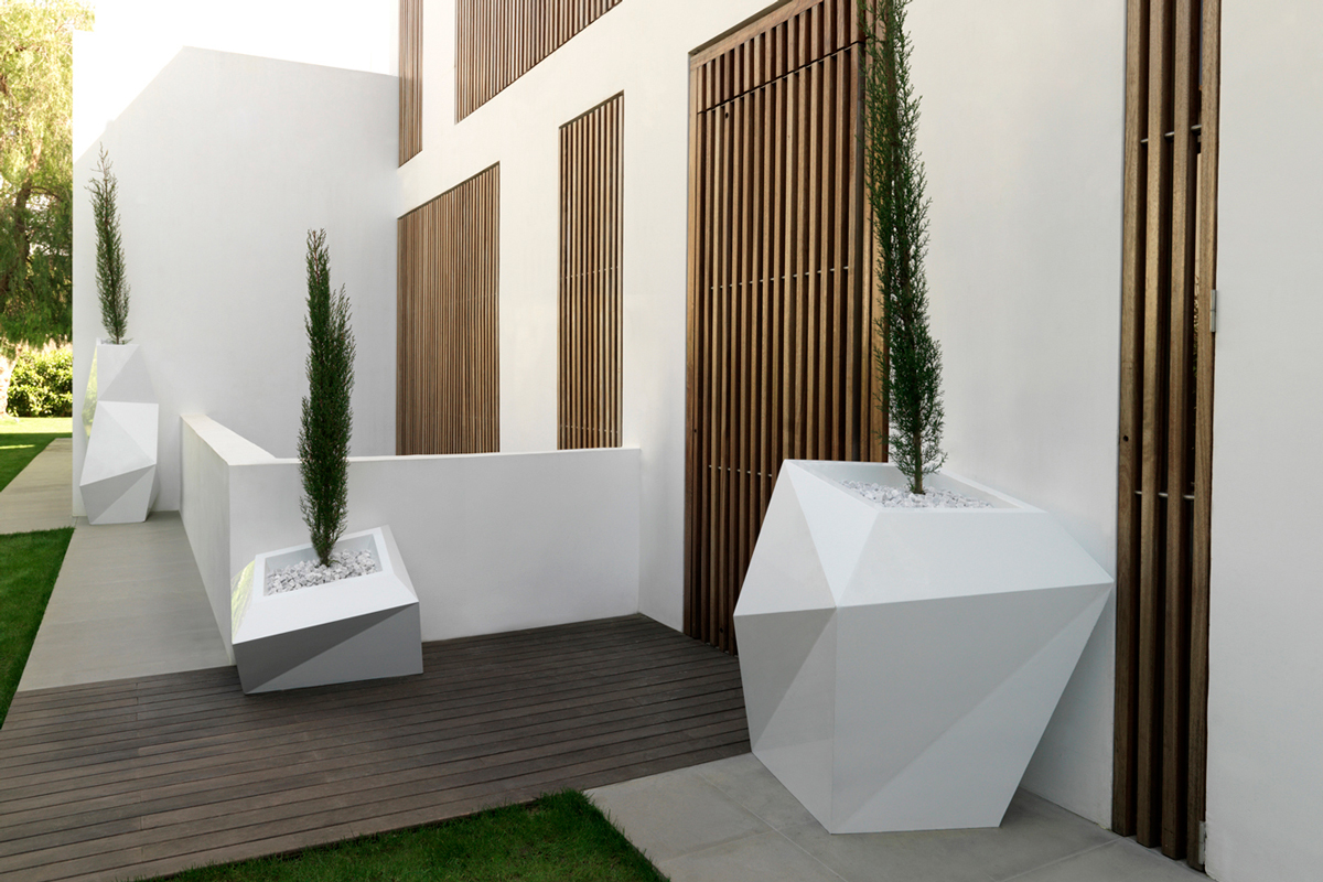 faz-planter-white-vondom-core-furniture-lifestyle-2