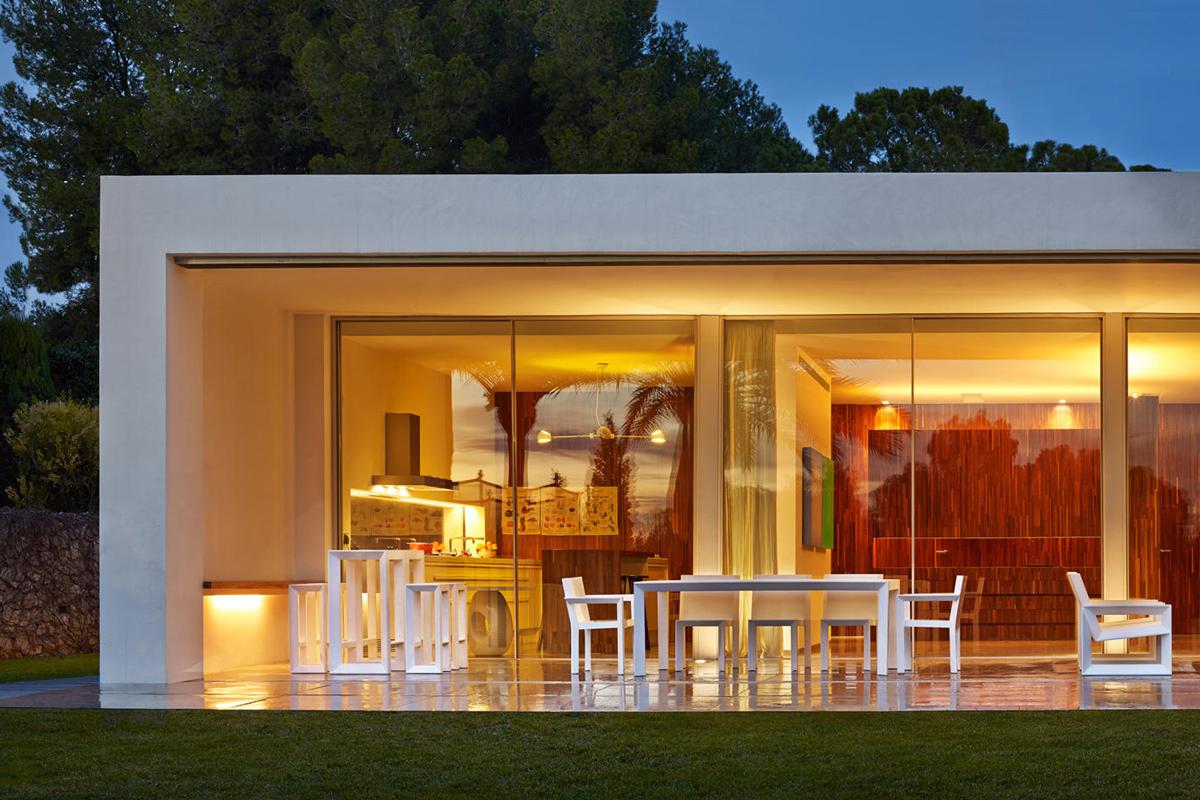 frame-bar-stool-white-vondom-core-furniture-lifestyle-2