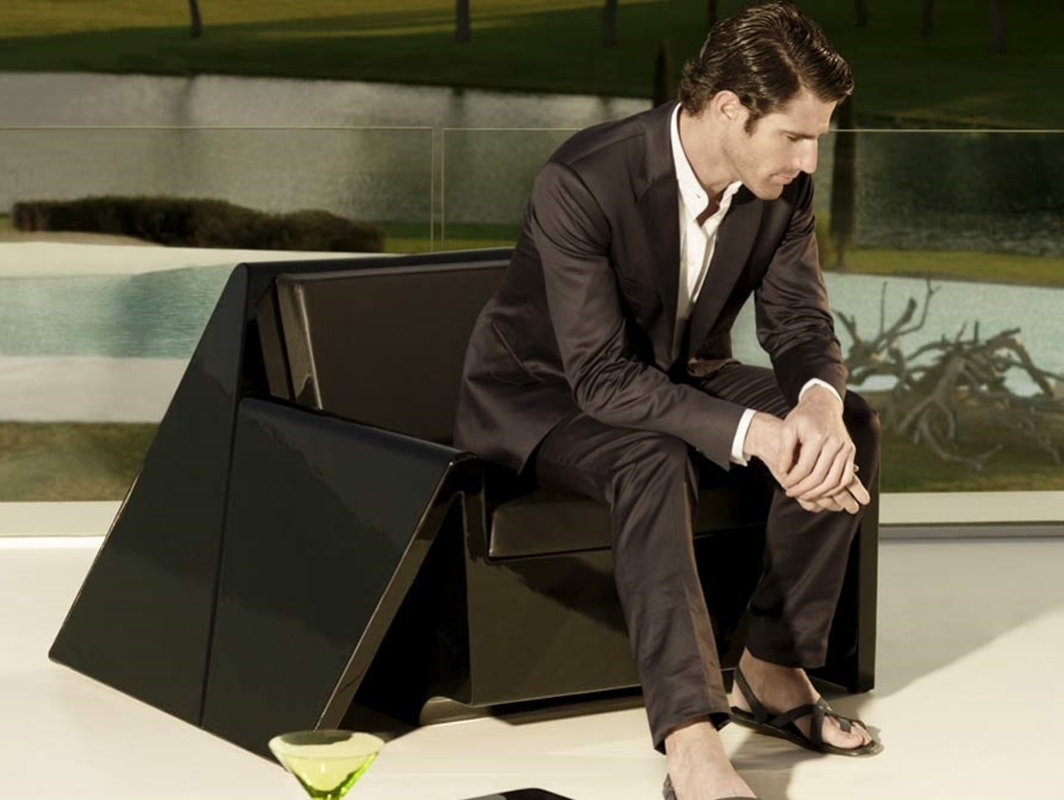 rest-armchair-black-vondom-core-furniture-lifestyle-1