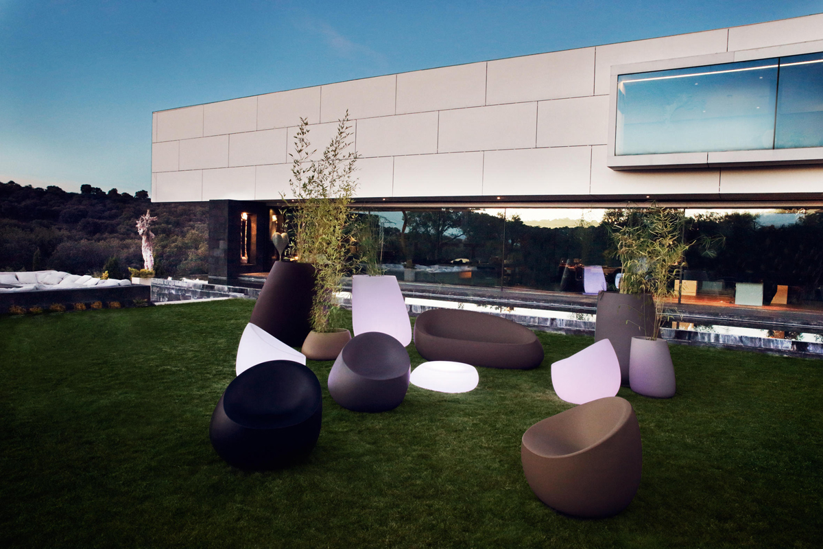 stone-arm-chair-vondom-core-furniture-lifestyle-3