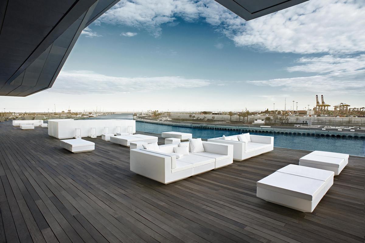 vela-center-deep-sofa-white-vondom-core-furniture-lifestyle-2