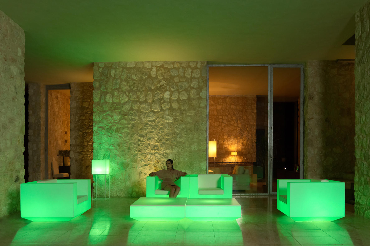 vela-coffee-table-vondom-core-furniture-lifestyle-3