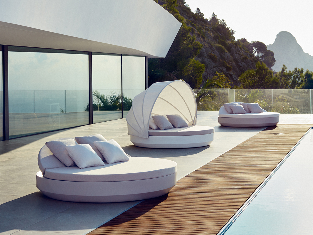 vela-daybed-vondom-core-furniture-lifestyle-3