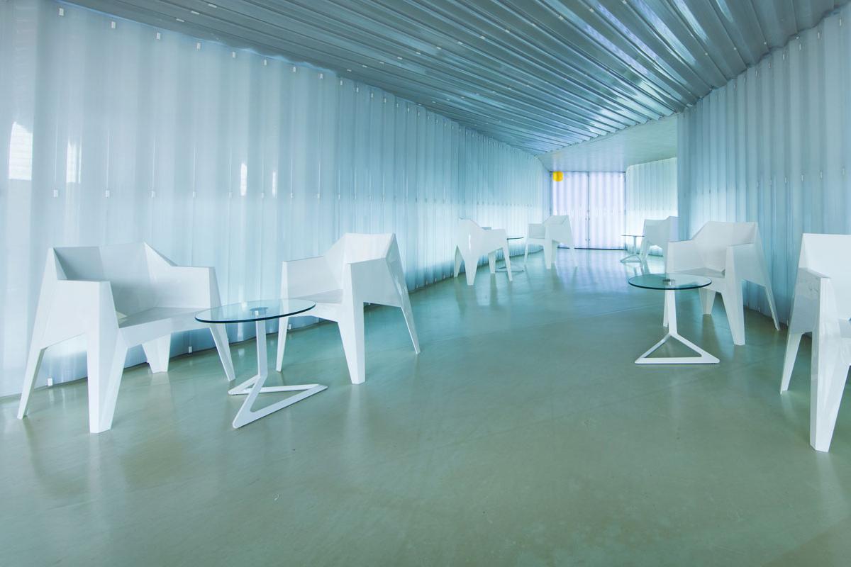 voxel-dining-chair-white-vondom-core-furniture-lifestyle-3