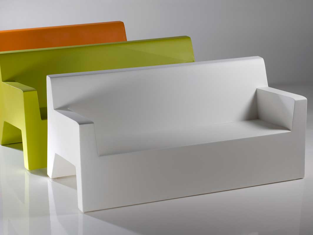 jut-sofa-blanco-vondom-outdoor-occasional-chairs-core-furniture-lifestyle-2