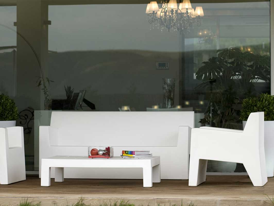 jut-sofa-blanco-vondom-outdoor-occasional-chairs-core-furniture-lifestyle-3