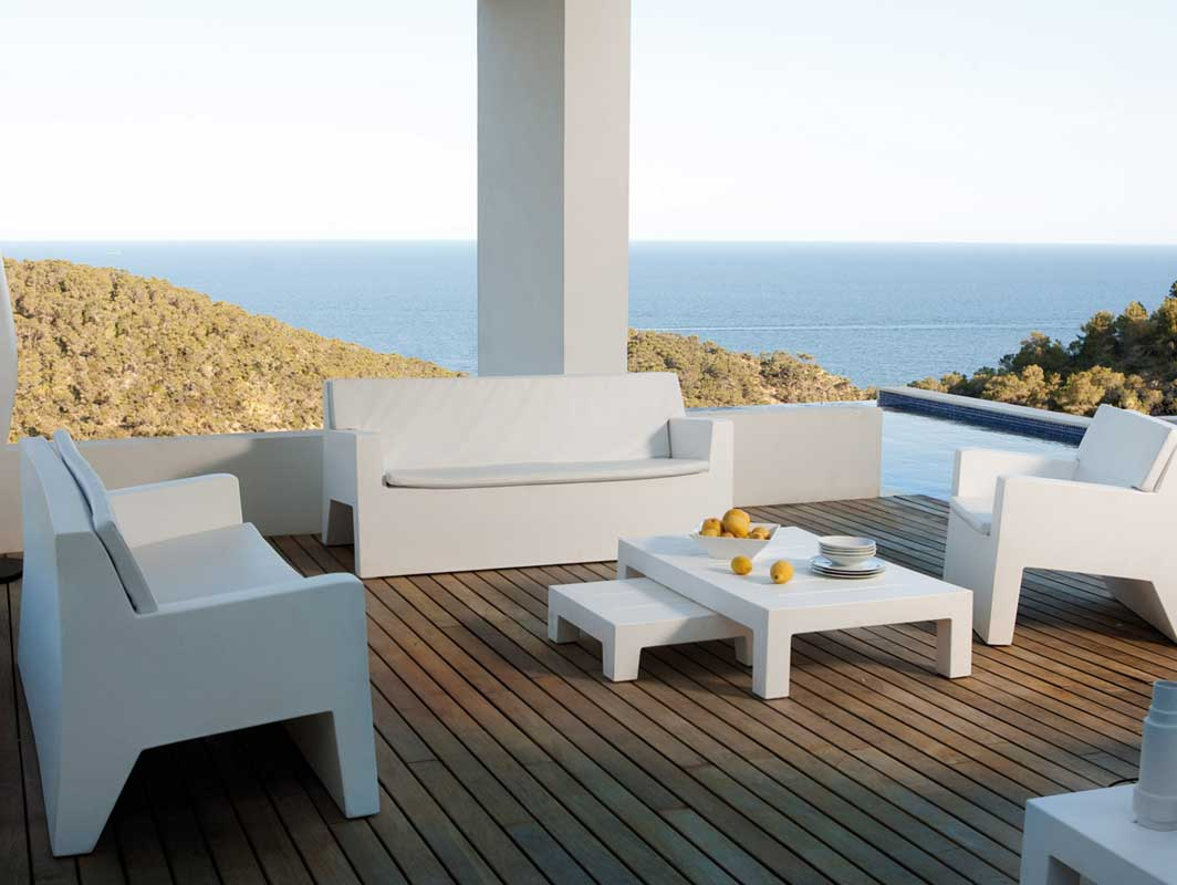 jut-sofa-blanco-vondom-outdoor-occasional-chairs-core-furniture-lifestyle-4
